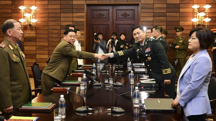 Впервые за 7 лет: Военные КНДР и Южной Кореи встретились на годовщину Корейской войны