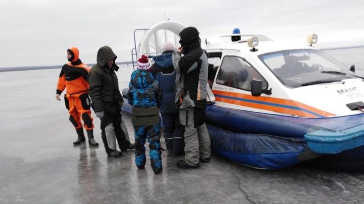 Дрейфовали в открытое море: В Таганроге откололась от берега льдина с детьми