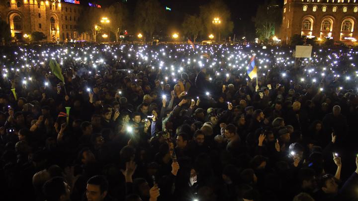 В Ереване началось факельное шествие