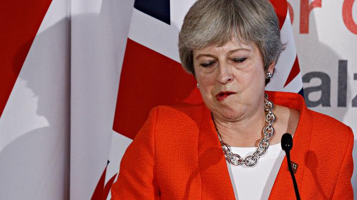 Brexit по-русски: Тереза Мэй снимает стресс с помощью алкоголя