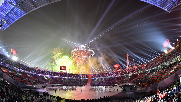 Американец не побоялся развернуть флаг России на открытии Олимпиады в Пхенчхане - фото