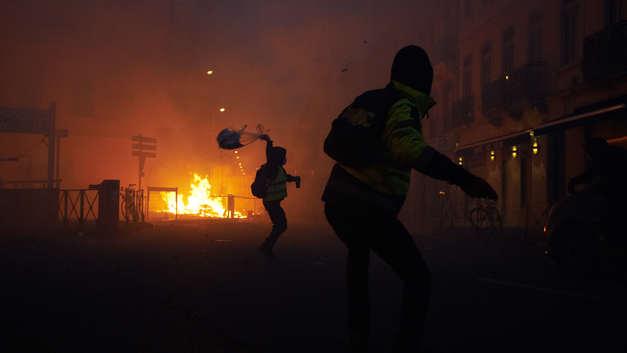 Черная пятница по-французски: Желтые жилеты разграбили магазин Apple - видео