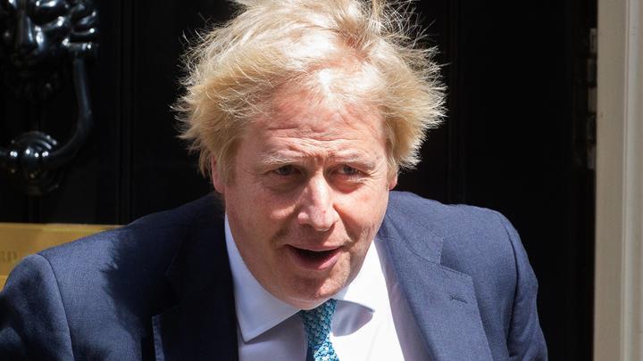 Лишь бы по улицам не бегал: Королева разрешила Борису Джонсону худеть вокруг дворца