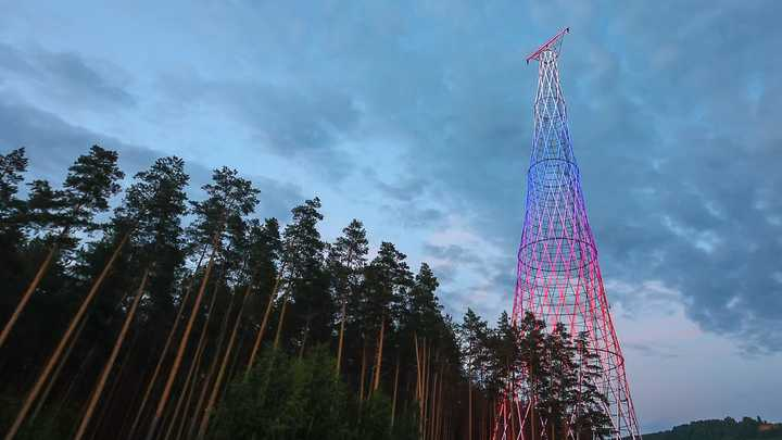 Шуховскую башню на Оке подсветили триколором