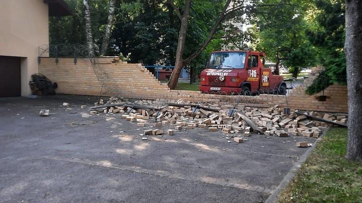 Грузовик, снёсший часть забора посольства Латвии в Минске, напугал МИД Прибалтийской республики