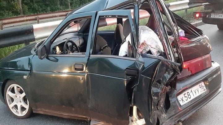 Ребенка с переломом доставили в больницу после столкновения двух авто в Екатеринбурге