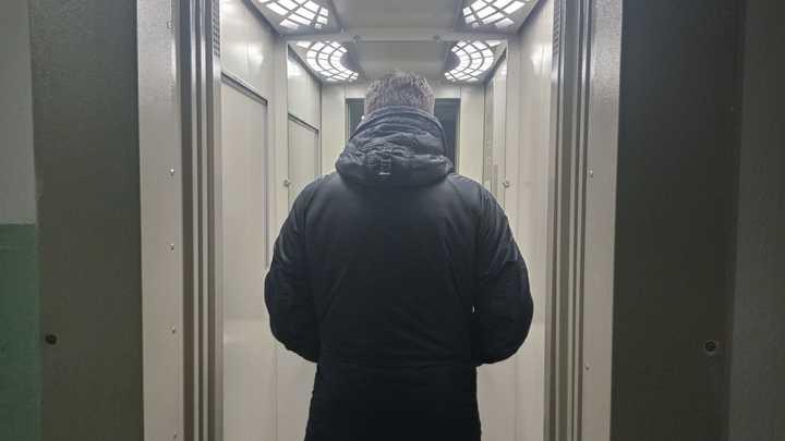 В Челябинске отец c трехлетним сыном застряли в лифте и 40 минут ждали помощи