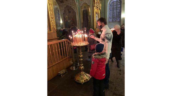 Губернатор Владимир Сипягин опубликовал фото с ребенком с Рождественской службы в храме