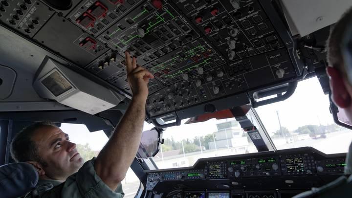 Только взлетел - уже начинаешь бороться со сном: Пилоты признались, почему уходят из российской гражданской авиации