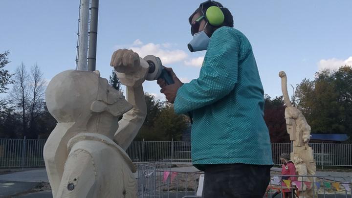 В Челябинске парк Пушкина украсили деревянные скульптуры