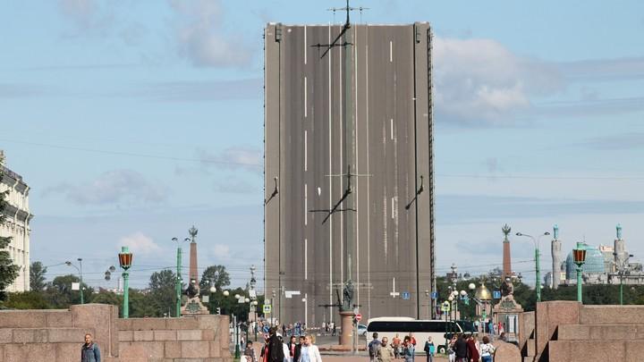 В Петербурге стартовал сезон навигации – но в первую ночь мосты не развели