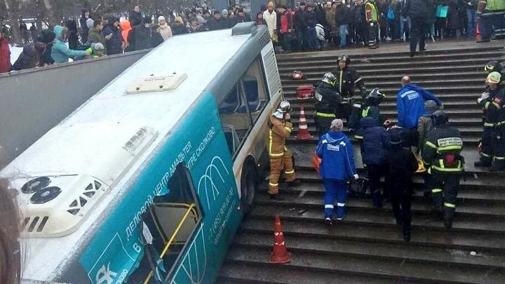 После съезда автобуса подземные переходы в Москве закрывают бетонными блоками
