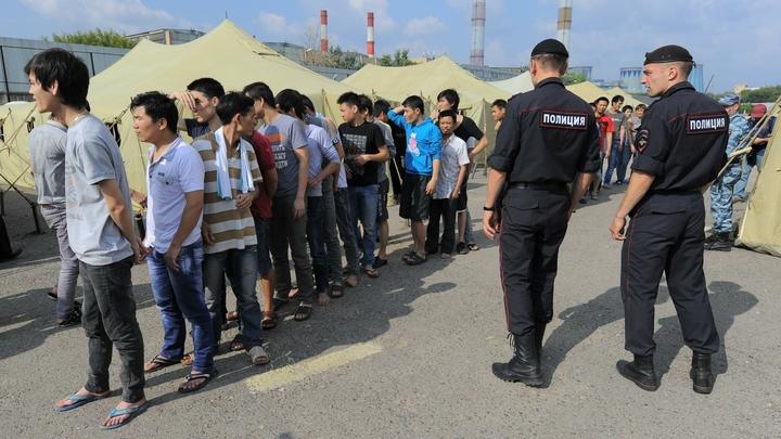 Толпа мигрантов осадила станцию в Ростове: спят в палатках и голодают