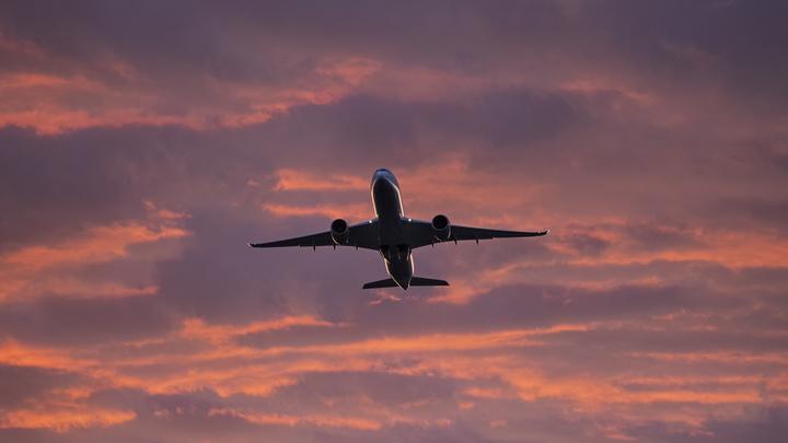 Треснуло стекло: Самолёт со 114 пассажирами просит посадки в Петербурге