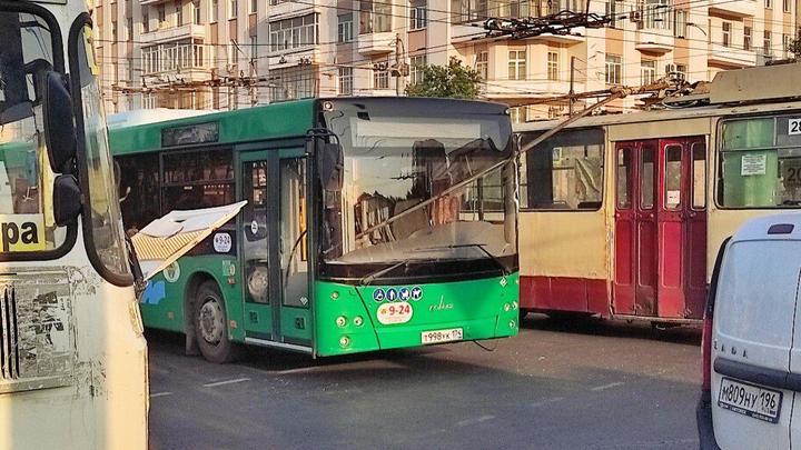 В Челябинске рога троллейбуса воткнулись в кабину водителя