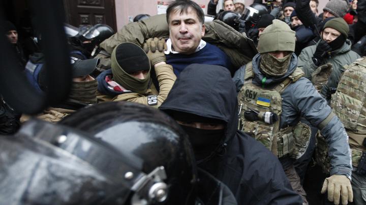 Голодного Саакашвили под усиленной охраной привезли в суд Киева
