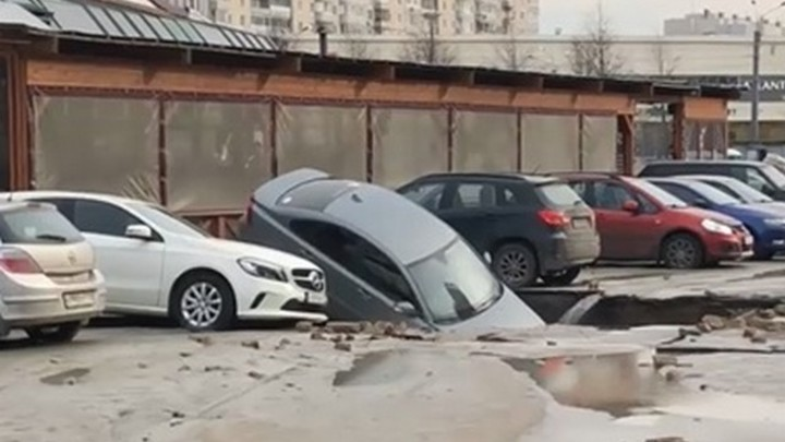 Провалившийся асфальт в Петербурге «съел» три машины