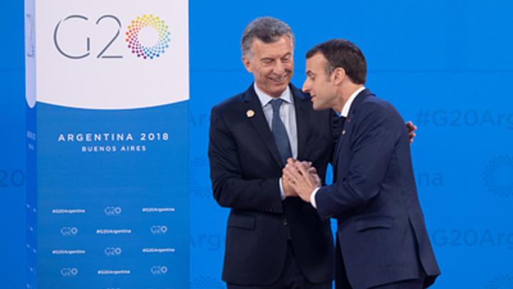 «Особенности французского поцелуя»: В Сети обсуждают, как Макрон на G20 перецеловал всех, кроме Мэй - видео