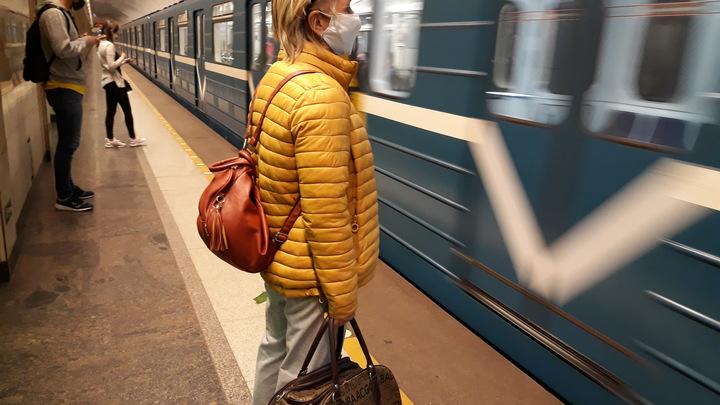 Ещё бы секунда - и всё: Мужчина решил прилечь на рельсы метро