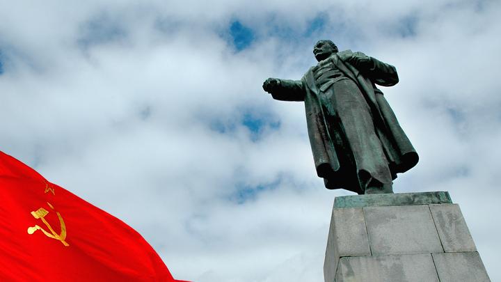 Украинский «патриот» бросился под иномарку из ненависти к флагу СССР