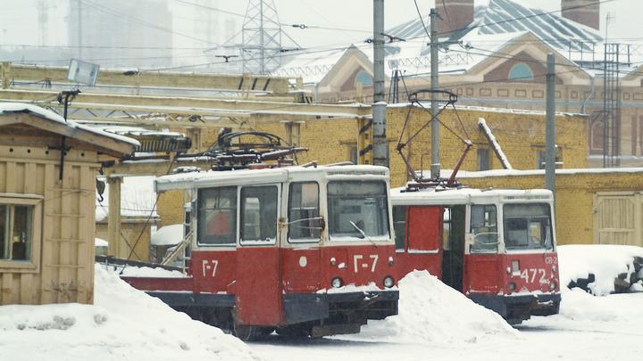 Не бросили в беде: Пассажиры сломанного трамвая вручную дотолкали состав до конечной
