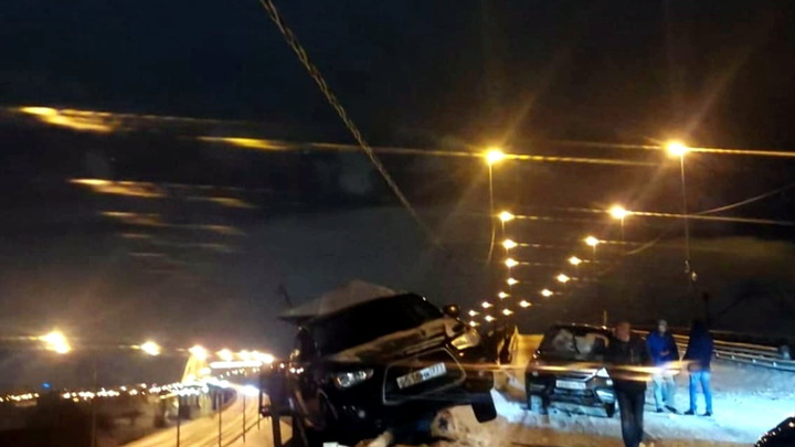 Внедорожник повис на краю Борского моста через Волгу в ночь на 8 марта