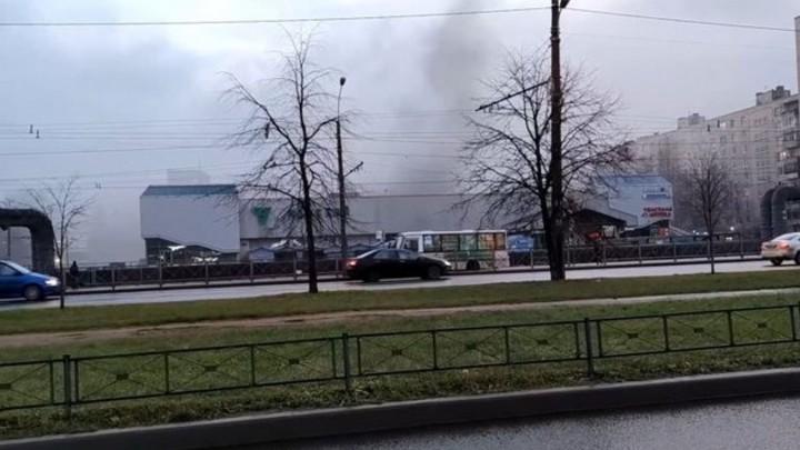 Пожар в «Невском»: пожарные тушат книжный магазин «Буквоед» на проспекте Большевиков