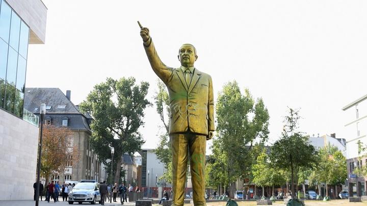 Ночные вандалы оставили нецензурные надписи назолотой статуе Эрдогана вВисбадене