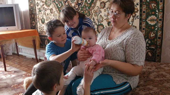 Росстат подсчитал количество нищих детей в России, эксперты предсказали их будущее