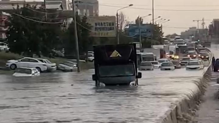 Стихия в Ростове 17 июля 2020: Город накрыл сильнейший ливень, улицы затоплены, машины плывут
