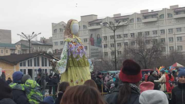 Зима, прощай: читинцы сожгли чучело Маслены на главной площади города