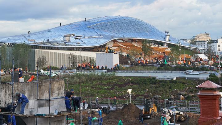 В Москве от вандалов пострадал едва успевший открыться парк Зарядье