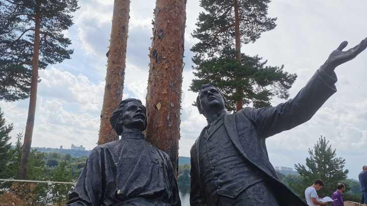 В лесу на Моховых горах льют асфальт на землю: территорию благоустраивают за 135 млн рублей
