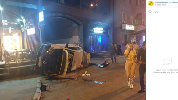 Такси перевернулось на бок и вылетело на тротуар около летней веранды бара в Новосибирске