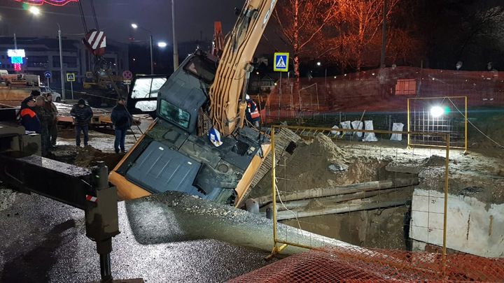 На парня, уронившего экскаватор на теплотрассу на Октябрьском проспекте, заведено уголовное дело