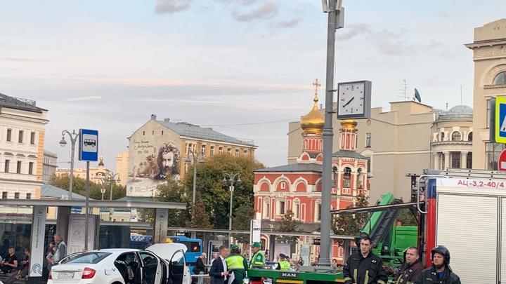 В центре Москвы автомобиль влетел в остановку: Пострадали три человека, на месте скорая и пожарные - видео