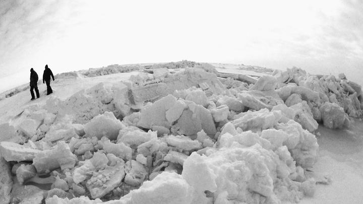 Украинцы в Антарктиде нашли затерянную пещеру с озерами и рекой