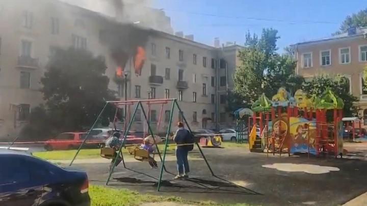 Мем смешной, ситуация страшная: невозмутимые дети на качелях на фоне пожара – видео