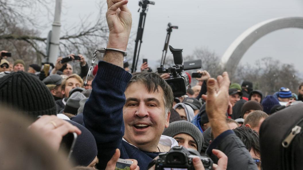 Сотня сторонников Саакашвили требует у СИЗО его освобождения