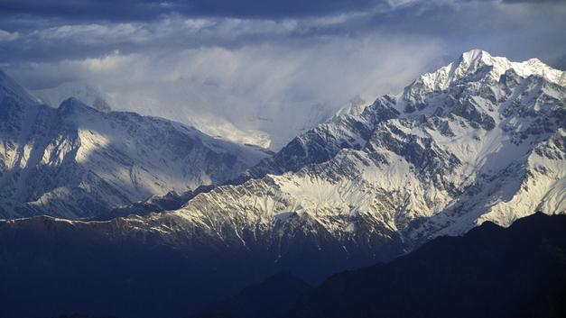 Названы возможные причины падения самолета на футбольное поле в Непале