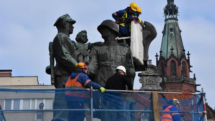 Не вправе забыть: Посол России ответил на снос советских памятников в Польше