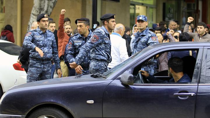 Ситуация накаляется: К протестующим в Армении присоединились люди в военной форме
