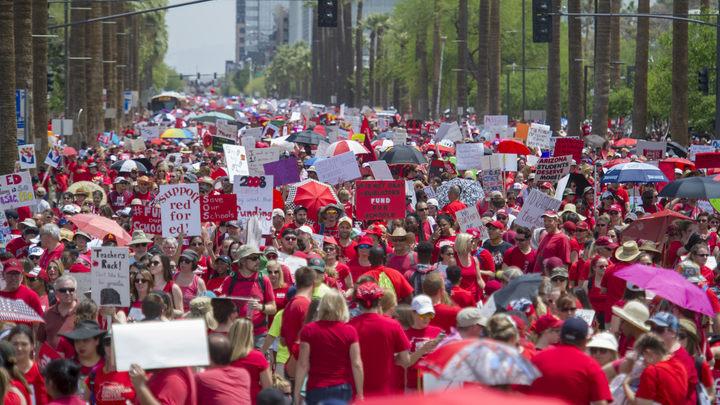 «Цветная» революция добралась до США: Десятки тысяч учителей парализовали Аризону - фото