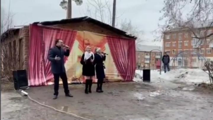 Уральского депутата высмеяли на шоу Урганта за песни в грязи на фоне барака