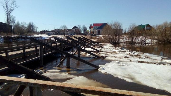 В Холуе Южского района вода вплотную подступила к мосту через Тезу