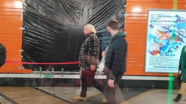 Подорожник бы приложили. Петербуржцы высмеяли «полиэтиленовый ремонт» протекшей станции метро