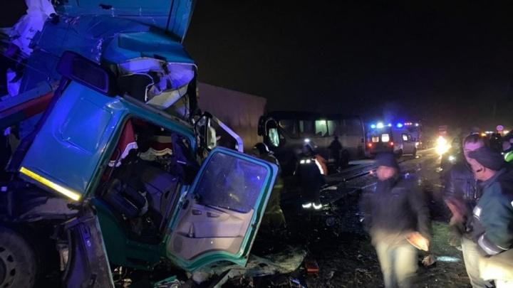 На трассе М-5 пассажирский автобус с туристами столкнулся с грузовиком