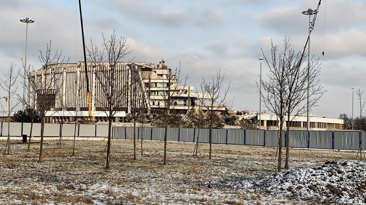 При обрушении крыши СКК в Петербурге рабочий не успел пристегнуться и упал под завалы