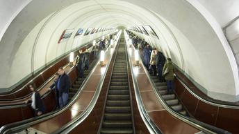 Пассажир выжил после падения на рельсы на фиолетовой ветке метро в Москве