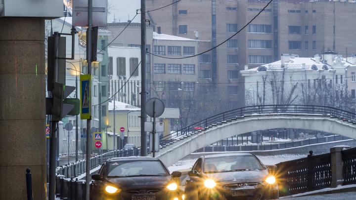 Улицы Москвы в час пик парализовало восьмибалльными пробками